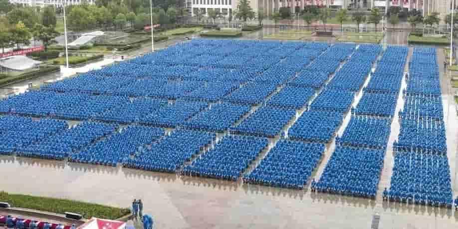 军训日志 | 风雨无阻,近万名师生冒雨共上开学第一课!