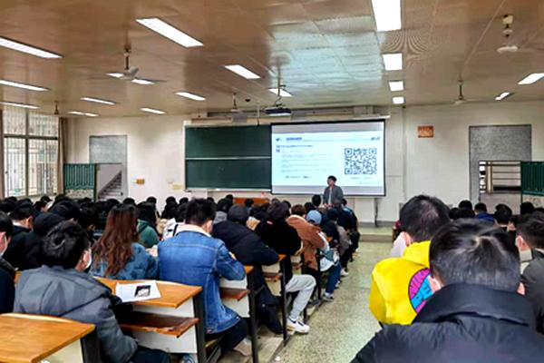 信息学院开展网络安全专题年级周会