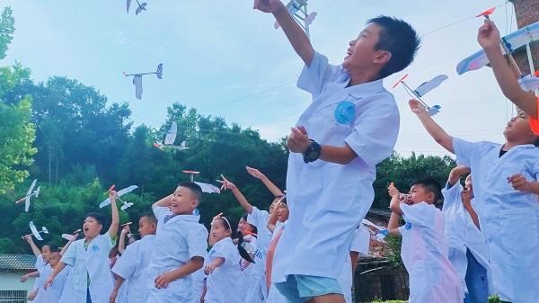 """【社会实践】为同学们插上梦想的翅膀――石泉公益夏令营""""飞翔吧!滑翔机""""科普课程顺利开展"""