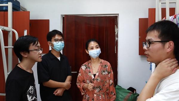 自动化学院全体政工干部中秋节日期间走访学生寝室